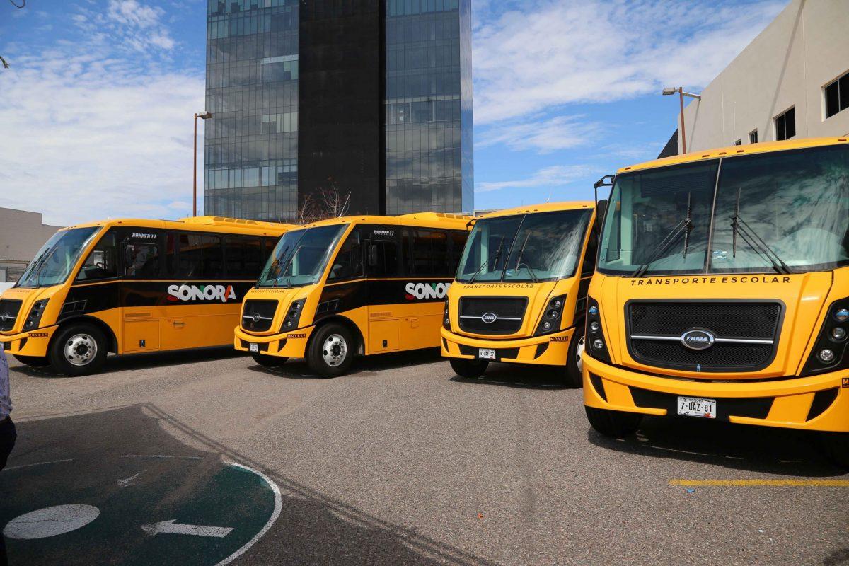 Beneficia gobernadora a estudiantes de zonas rurales con entrega de camiones escolares nuevos
