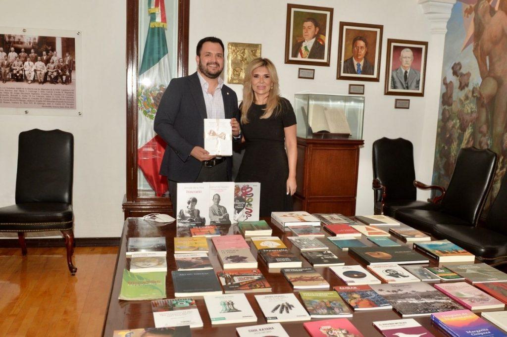 Recibe Gobernadora Pavlovich colección de 141 títulos publicados por ISC durante su periodo de gobierno