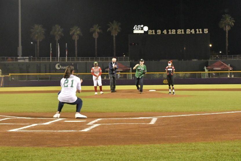 Lanza gobernador Alfonso Durazo primera bola en jornada inaugural del Campeonato Mundial de Béisbol Sub-23 Sonora-México 2020