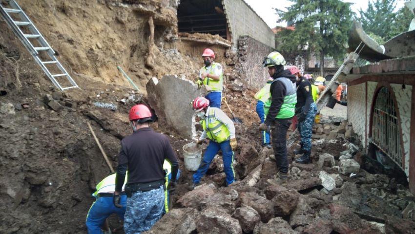 Perritos de refugio mueren al desgajarse cerro en Xochimilco. Foto Twitter @SGIRPC_CDMX