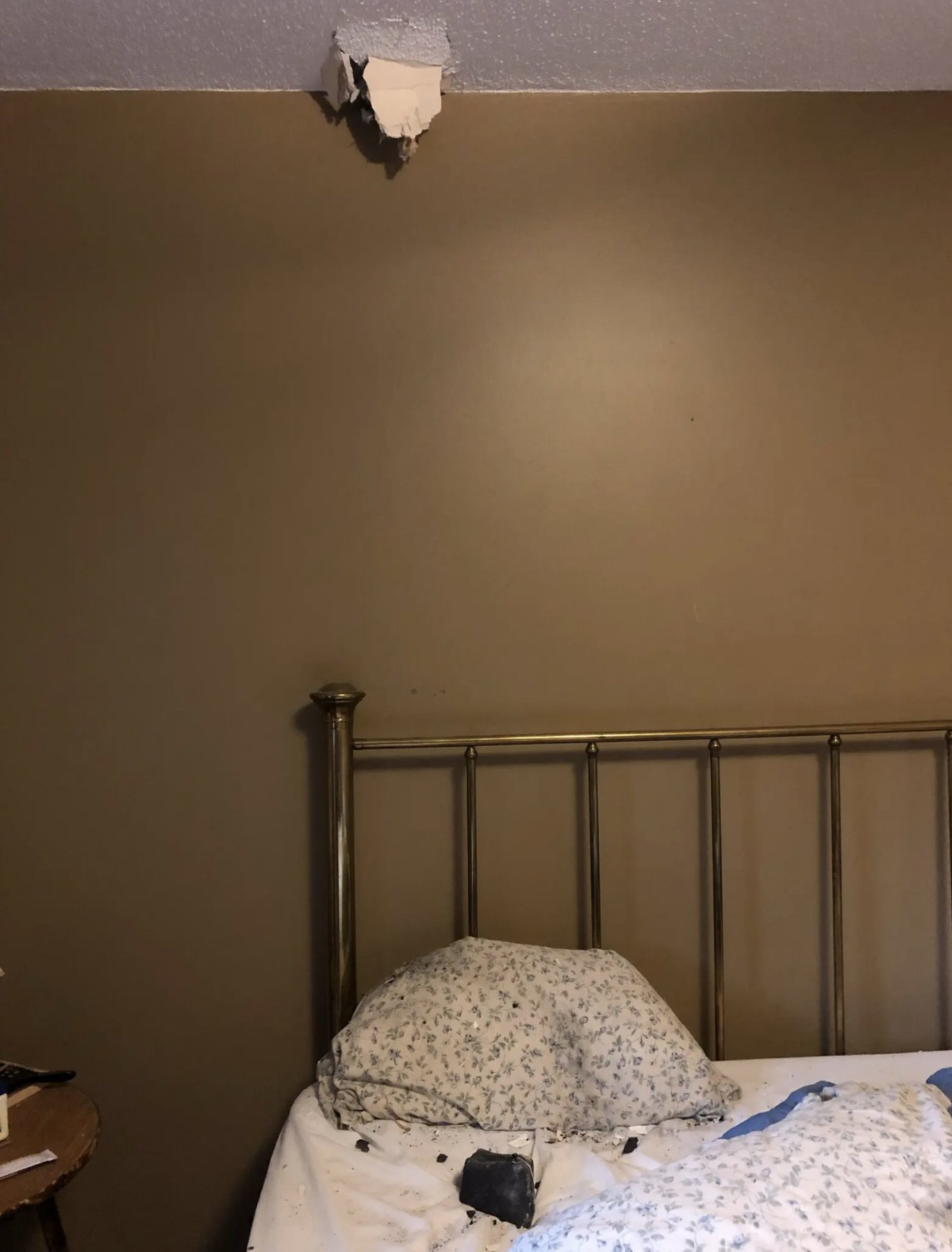 Meteorito atraviesa el techo de una casa y cae en la cama de una mujer en Canadá. Foto Twitter @JamesPrestonZA